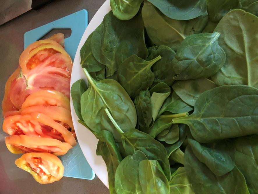 Carpaccio de tomate con espinacas