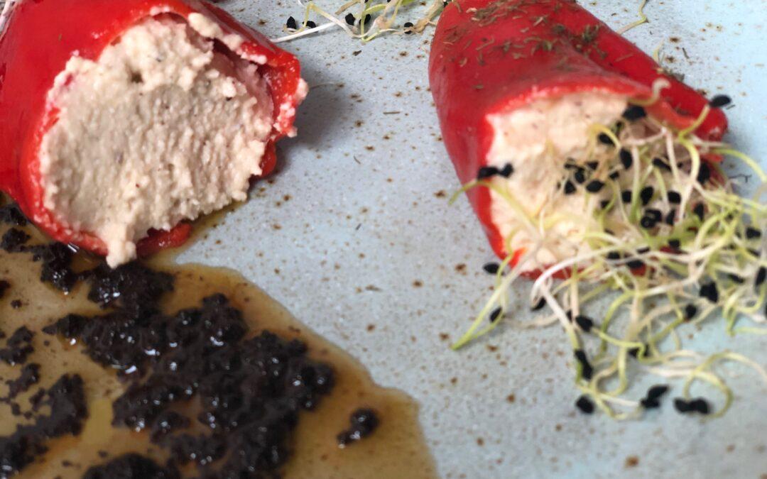 Piquillos rellenos de brandada con salsa de ajos negros