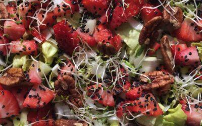 Ensalada de fresas, pecanas y sésamo negro