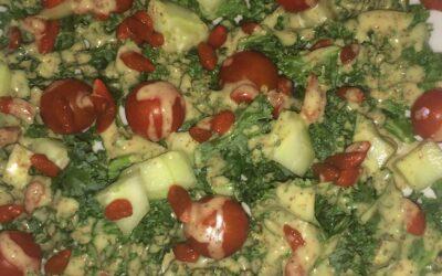Col kale con cherrys, bayas de goji y aliño de mostaza y miel