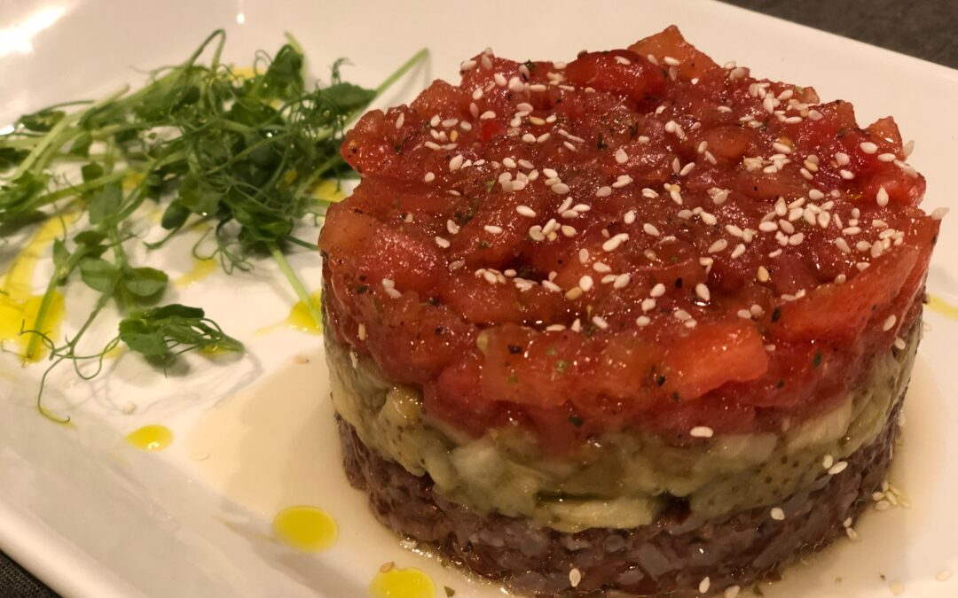 Tártar de tomate, berenjena y arroz rojo