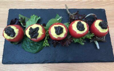 Tomates rellenos con puré de verduras y olivada
