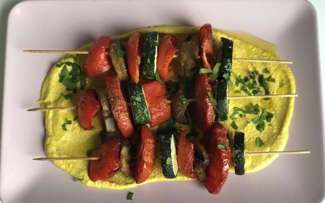 Brochetas de verduras asadas con salsa hindú